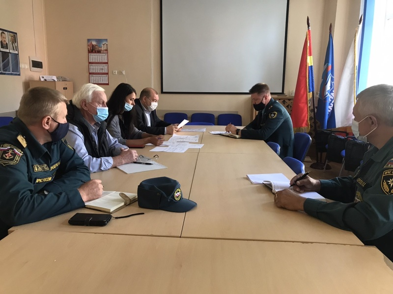 Сотрудники МЧС России призывают граждан и руководителей всех уровней серьезно отнестись к подготовке жилья и территорий к холодному времени года